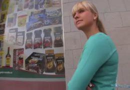 Public Agent nabídne velkou sumu peněz osmnáctiletý blondýnce