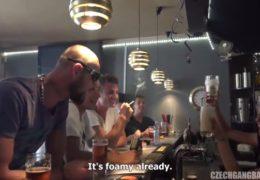 Pravej českej gang bang a mladé krásné barmanky