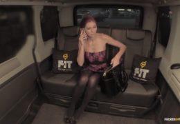 Českej taxikář za odměnu vymrdá sexy zrzavou klientku ve svým autě
