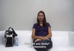 Mladá studentka biochemie Iveta na erotickým castingu