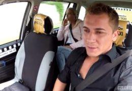 Sexy dívka zažije divokou jízdu s pražským taxikářem