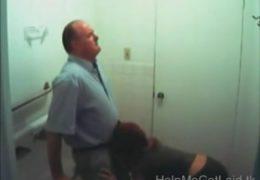 Studentka vyhulila panu profesorovi před výukou na WC