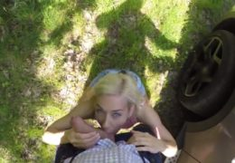Mlsná blondýnka se agentovi za prachy vrhla na ptáka