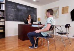 Učitelka a mladej student si ve třídě pěkně zařádí