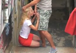 Českej pár si to rozdává v Praze u železnice