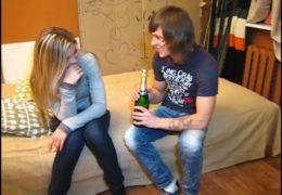 Mladej pozve sexy holku k sobě na láhev šampusu