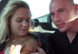 Čeští piráti silnic málem srazil sexy blondýnku na přechodu