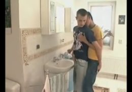 Mladí studentíci si zapíchaj na umývarce