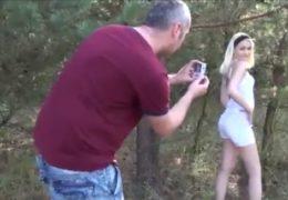 Chlípnej fotograf zklátil štíhlou blondýnku v lese