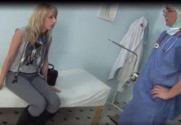 Doktor Chalupa pomohl sexy blondýnce