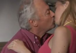 Mladá blondýnka do sebe nechá zasunout staršího pána