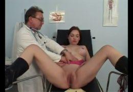 Chlípný gynekolog se podívá do útrob své pacientky