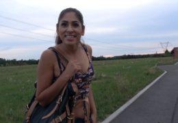 Cikánka z Anglie měla v plánu jít do českýho baru