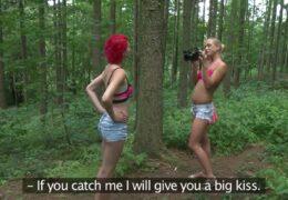 Dvě lesby amatérky spolu lítaj po lese 😁😈