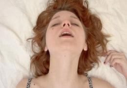 Mladá brunetka a její soft orgasmus 🤩